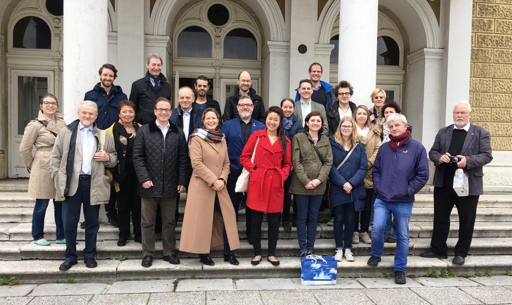 Die Delegation um Bürgermeister Reiner Breuer vor dem Kroatischen Nationaltheater.