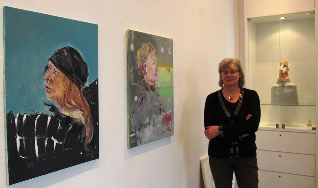 Die Künstlerin Ulrike Zilly neben ihren Werken.