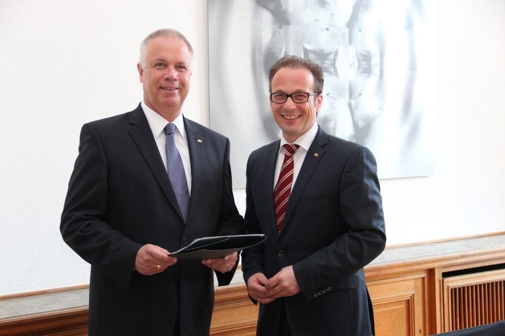 Bürgermeister Reiner Breuer (r.) und der neue Sozialdezernent Ralf Hörsken.