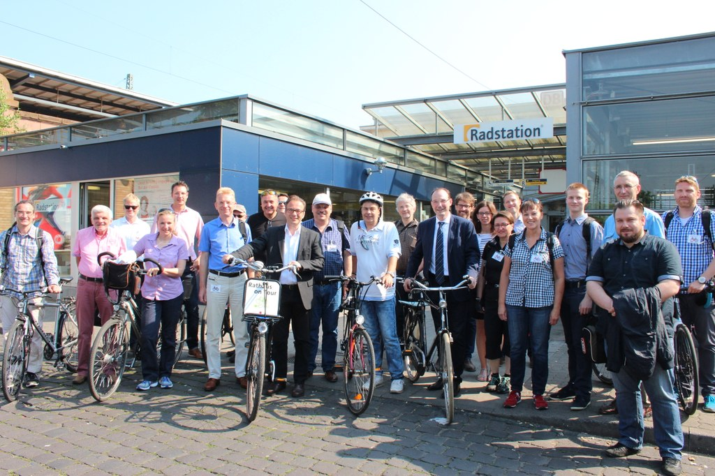 Bürgermeister Reiner Breuer bereiste gemeinsam mit der Kommission die Stadt zu Fuß und per Fahrrad.