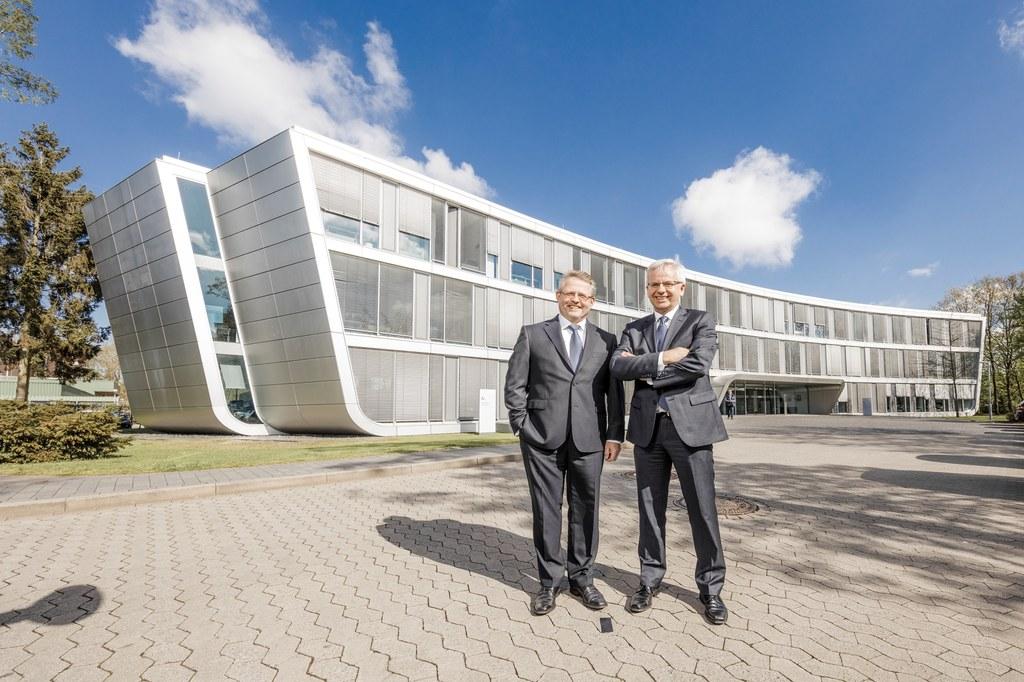 Blicken auf ein gutes Jahr 2015 der Stadtwerke Neuss zurück: Stephan Lommetz (re.), Vorsitzender der Geschäftsführung, und sein Geschäftsführer-Kollege Ekkehard Boden (li.)
