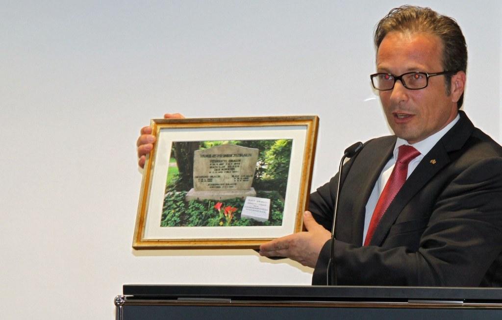 Bürgermeister Reiner Breuer brachte als Geschenk ein gerahmtes Bild von Max Brauns Grab mit, Foto: Landeshauptstadt Saarbrücken.