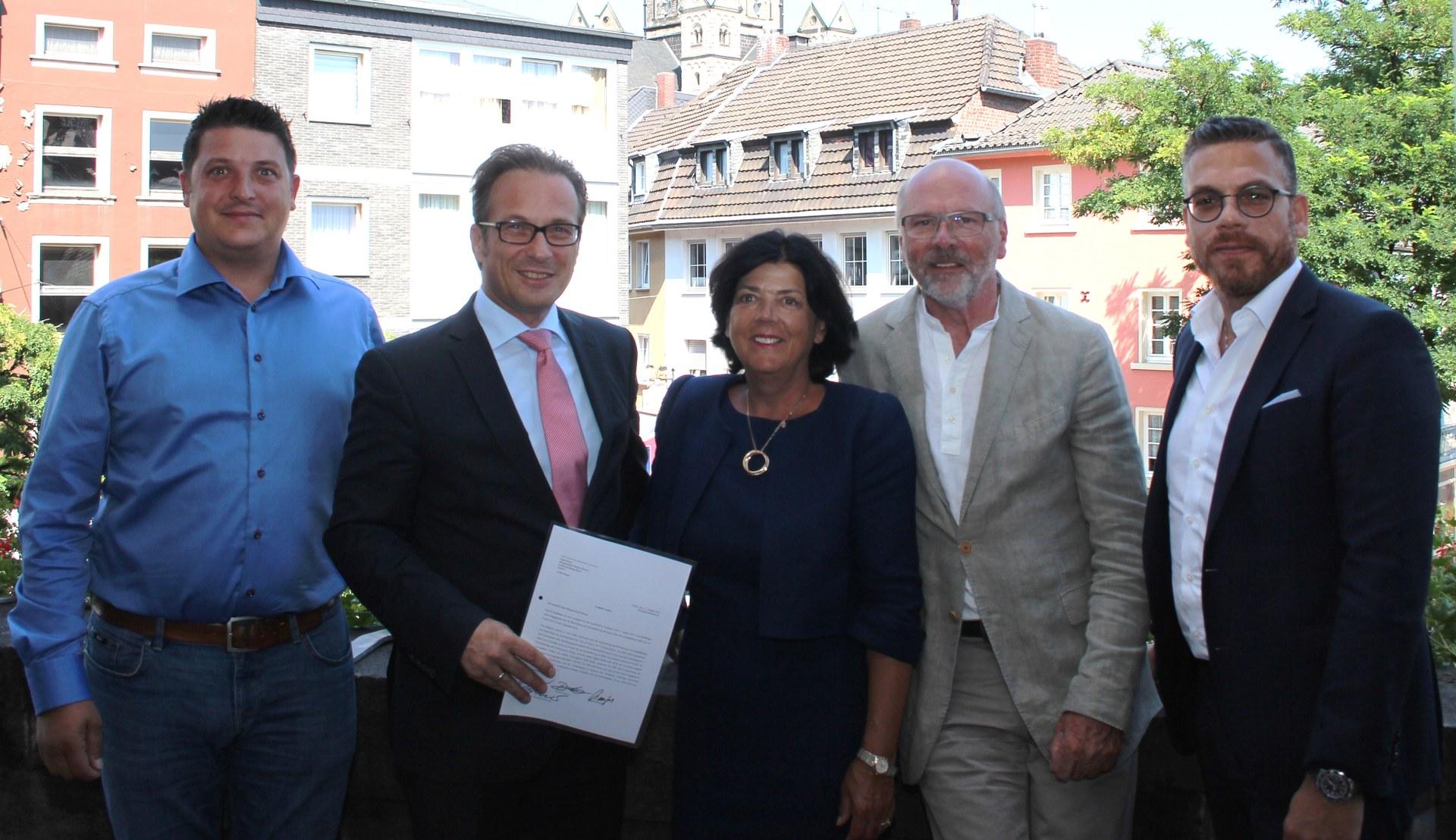 """David Zülow, Bürgermeister Reiner Breuer, Jutta Zülow,, Volker Staufert und Prof. Thomas Koblenzer haben den """"Letter of Comfort"""" unterzeichnet."""