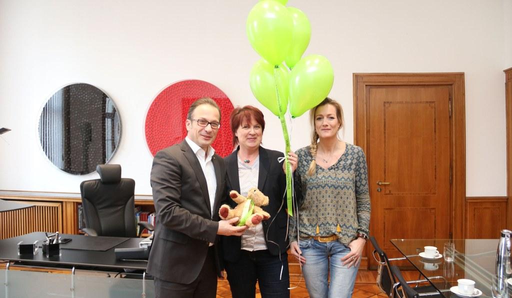 Bürgermeister Reiner Breuer mit Geschäftsführerin Birgit Ritter (mitte) und Koordinatorin Cordula Baumann von der Initiative Schmetterling..