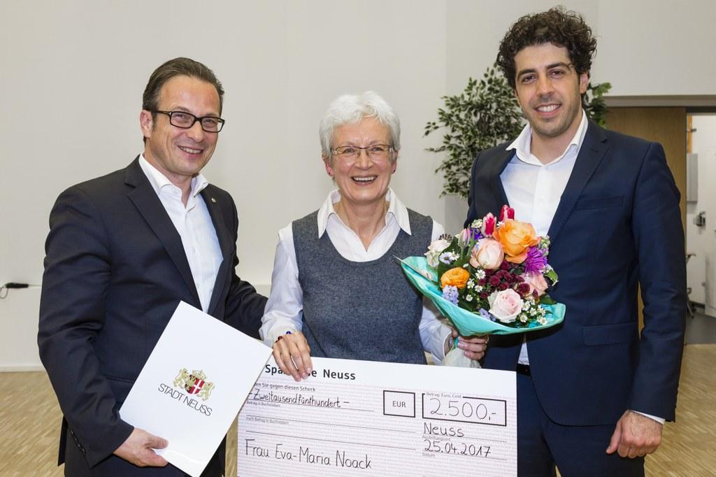 Der erste Preis wurde Eva-Maria Noack von Bürgermeister Reiner Breuer (l.) und Hakan Temel, Mitglied des Integrationsrates, übergeben.