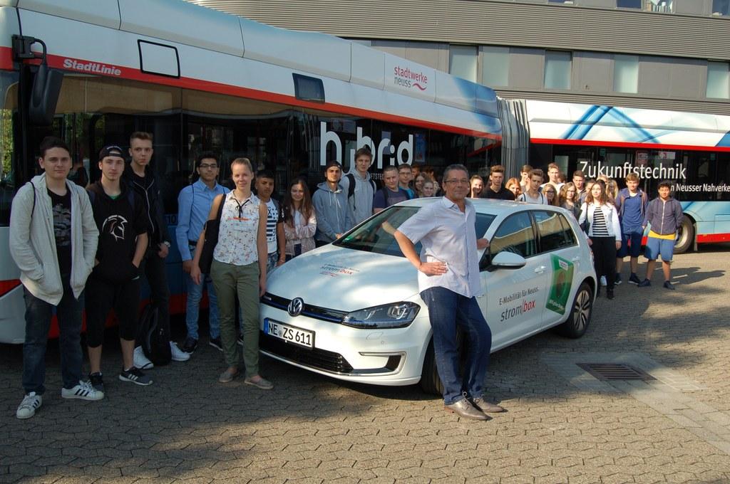 Florian Stein von den Stadtwerken Neuss mit Schülerinnen und Schülern der Ganztagsrealschule Norf.