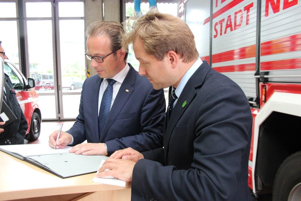 Bürgermeister Reiner Breuer (links) und Bürgermeister Dr. Martin Mertens beim Unterzeichnen der Vereinbarung.
