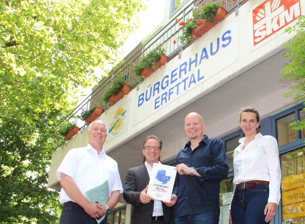 Bürgermeister Reiner Breuer (2.v.l.) und Sozialdezernent Ralf Hörsken (l.) gaben mit Gudrund Jüttner, Koordinatorin des geplanten Lotsenpunkt-Netzwerks, und Paul Petersen, Leiter des Bürgerhauses Erfttal, den Startschuss für den ersten Lotsenpunkt.