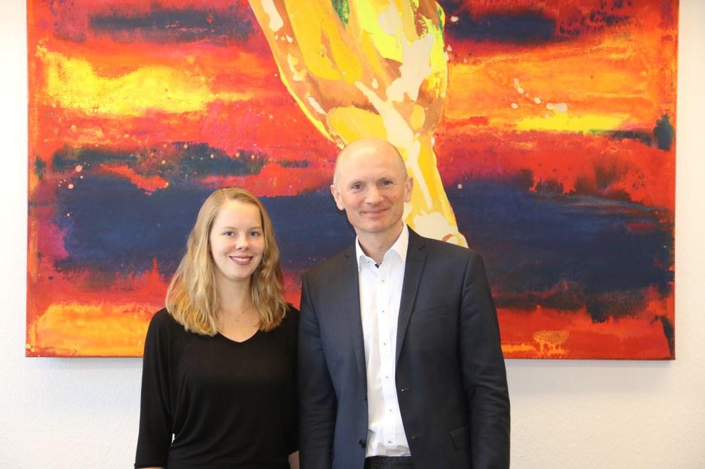 Umwelt- und Klimadezernent Dr. Matthias Welpmann begrüßt die neue Klimaanpassungsmanagerin Elena Plank.