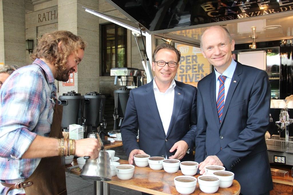 Bürgermeister Reiner Breuer (m.) und Umweltdezernent Dr. Matthias Welpmann (r.) schenkten ebenfalls Kaffee aus