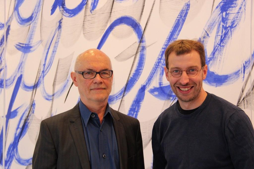 Bildunterzeile: Pfarrer Sebastian Appelfeller (rechts) und Künstler Wolfgang Vetten.