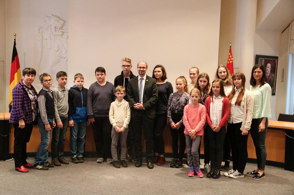 Der Erste Stellvertretende Bürgermeister Sven Schümann empfängt die Schülerinnen und Schüler aus der russischen Partnerstadt Pskow im Namen der Stadt Neuss.