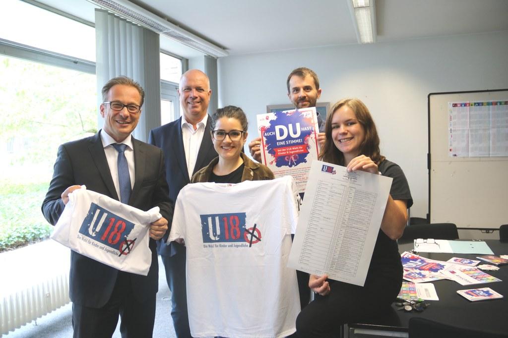 (v.l.) Bürgermeister Reiner Breuer, Jugenddezernent Ralf Hörsken, Projektleiter Simon Herzhoff und die Praktikantinnen Judith Winterstein (links) und Anna Stübben.