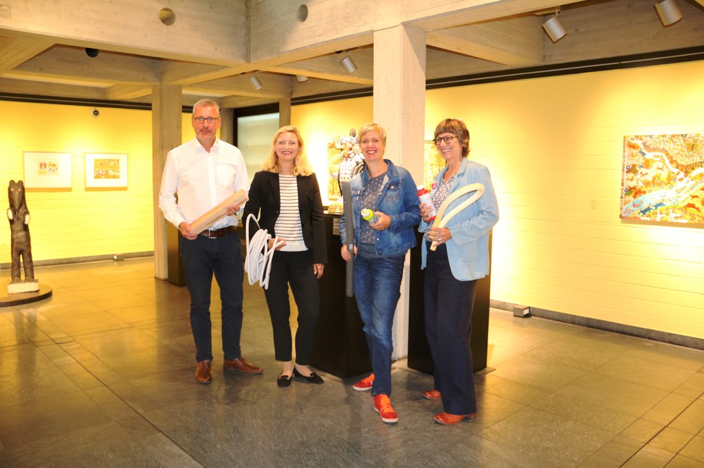 Marc Schneider, Geschäftsleiter Sturm Bauzentrum, Museumsdirektorin Dr. Uta Husmeier-Schirlitz, und die Künstlerinnen Claudia Ehrentraut (links) Maria Gilges.