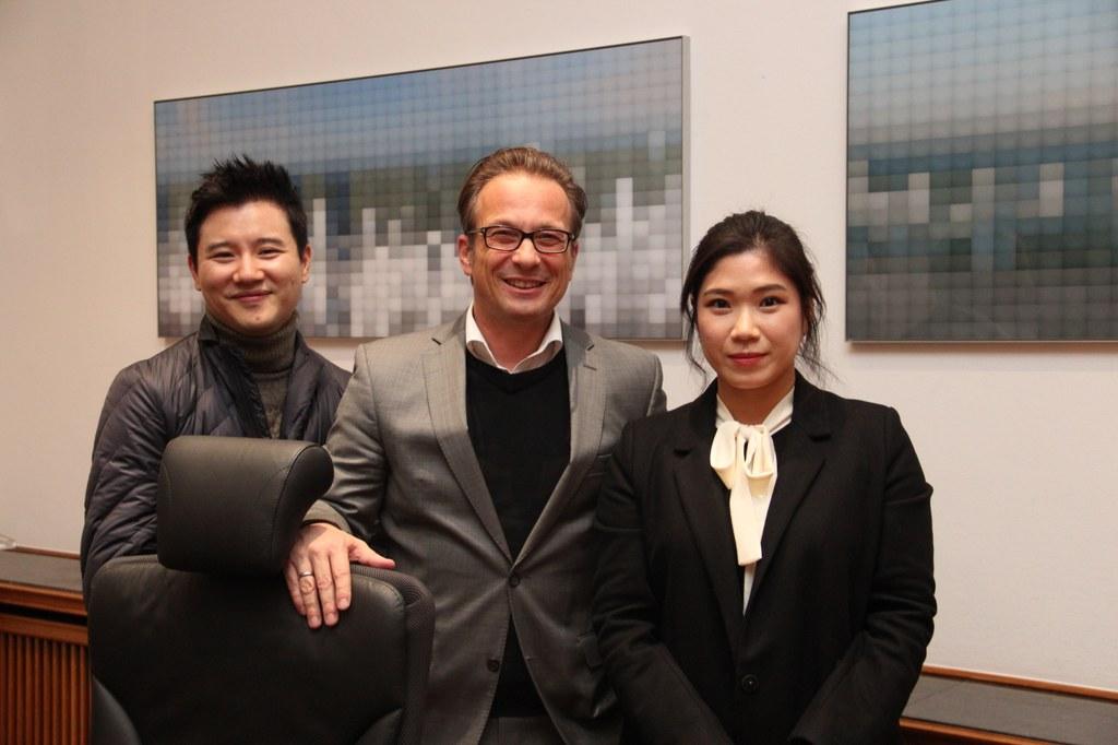 Bürgermeister Reiner Breuer mit den ausstellenden Künstlern Songnyeo Lyoo und Jeonghan Yun.