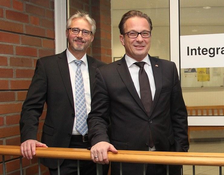 Bürgermeister Reiner Breuer und Amtsleiter Hermann Murmann vor den Räumlichkeiten des neuen Integrationsamtes.