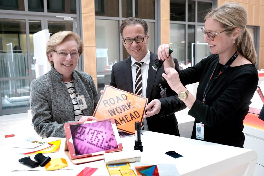 Bürgermeister Reiner Breuer im Gespräch mit 3M-Generaldirektorin Christiane Grün und Anke Kappenhagen, Technische Leiterin, über intelligente passive Verkehrsinfrastruktur.