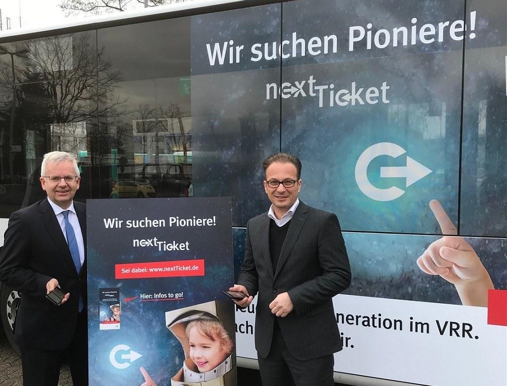 """Bürgermeister Reiner Breuer und Stadtwerke-Geschäftsführer Stephan Lommetz (links) sind die ersten """"Pioniere"""" für das nextTicket. Foto: Stadtwerke Neuss"""