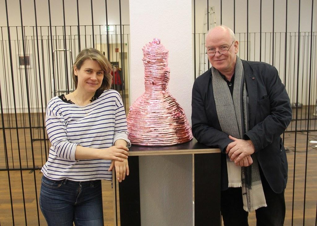 Die Künstlerin Vera Lossau und Kulturamtsleiter Harald Müller mit einem der Exponate der Ausstellung.