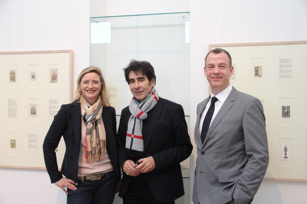 (v.l.) Museumsdirektorin Dr. Uta Husmeier-Schirlitz, Stifter Francisco Ces Hernandez und Kurator der Ausstellung Dr. Ulf Sölter.