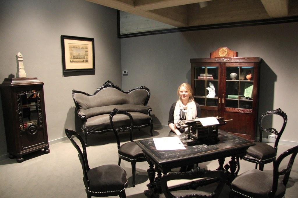 Inga Lisa Rybinski in einem Bereich des von ihr gestalteten Mystery Rooms im Grafischen Kabinett des Clemens Sels Museums.