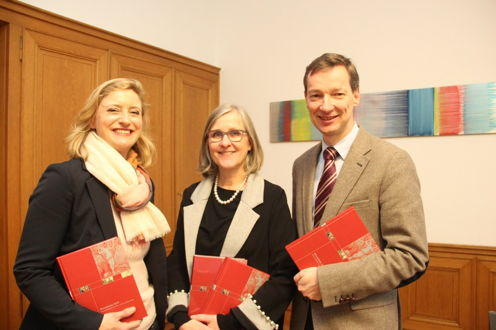 (v.r.) Stadtarchivar Dr. Jens Metzdorf,  Kulturdezernentin Dr. Christiane Zangs und Museumdirektorin Dr. Uta Husmeier-Schirlitz präsentierten die neue Ausgabe des Neusser Jahrbuchs, das Novaesium 2017.