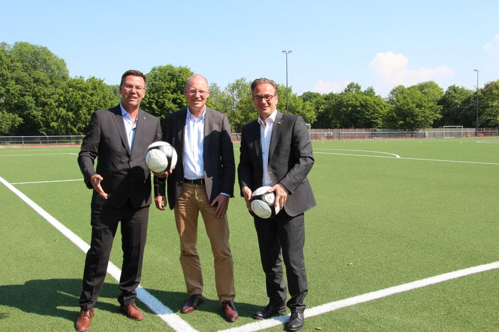 Bildunterzeile 1: (v.r.) Bürgermeister Reiner Breuer, Hermann-Josef Baaken, Vorsitzender des TSV Norf e.V., und Dirk Gärtner, Vorsitzender des Fußballverbands Niederrhein e.V.