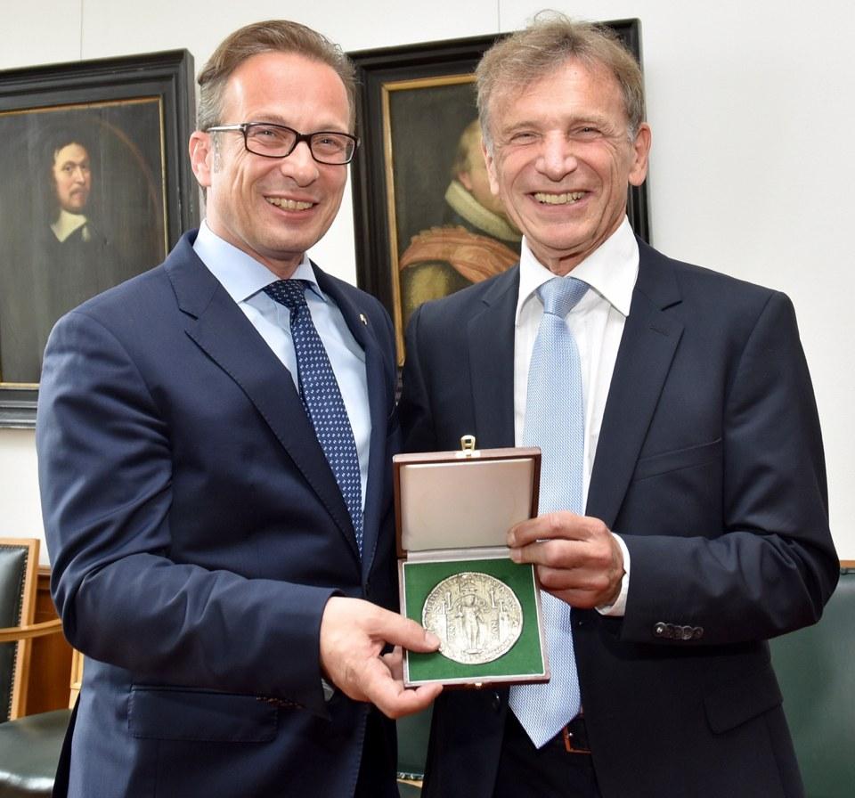 Bildunterzeile: Das Große Neusser Stadtsiegel in Silber ist die höchste Auszeichnung der Stadt, mit der Bürgermeister Reiner Breuer den langjährigen Chefarzt des Lukaskrankenhauses, Prof. Peter Goretzki, jetzt geehrt hat.