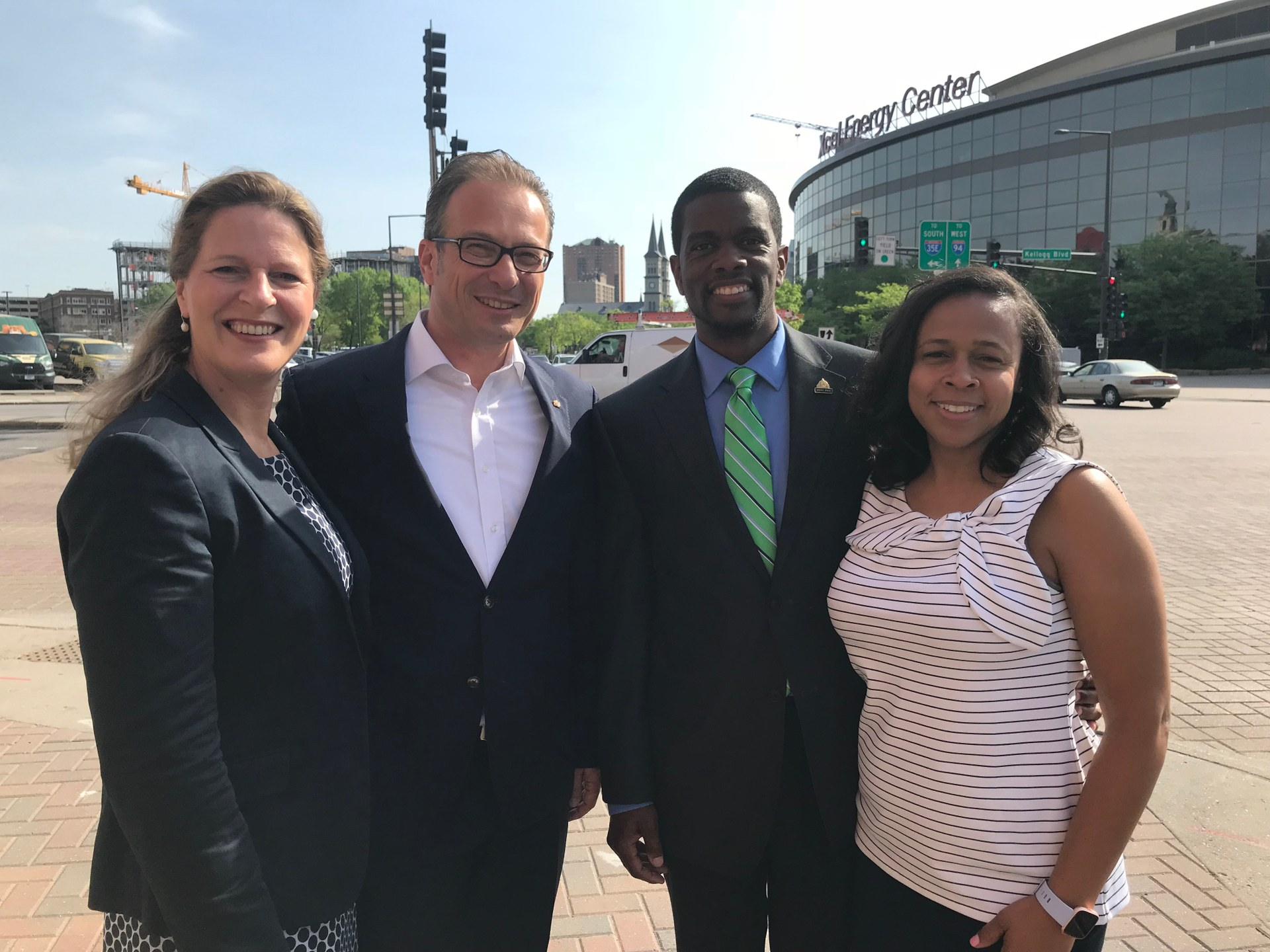 Bürgermeister Reiner Breuer und seine Frau Ute Breuer (l.) trafen am ersten Morgen ihres Besuchs in Saint Paul Bürgermeister Melvin Carter und dessen Frau Sakeena Futrell Carter.