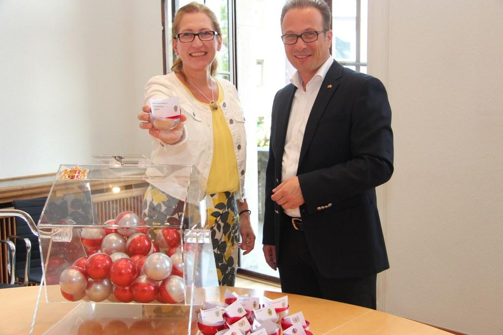 Schützenkönigin Angelika Kunz zog gemeinsam mit Bürgermeister Reiner Breuer die 25 Lose