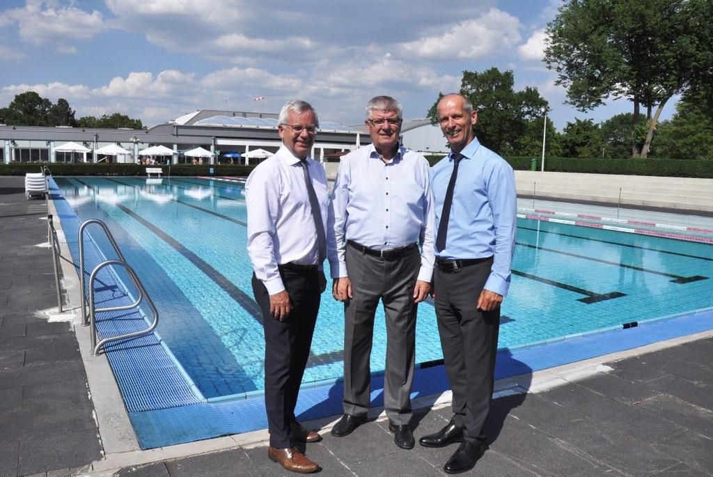 Im Bild von links nach rechts: Stephan Lommetz, Rolf Knipprath und Matthias Braun am 50-Meter-Becken des Südbades, das ab Herbst 2018 modernisiert wird.