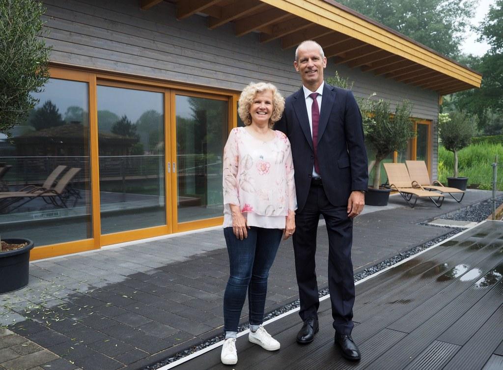 Matthias Braun, Geschäftsführer der Neusser Bäder und Eissporthalle GmbH, mit Rosy Herrmann, stellvertretende Betriebsleiterin im WELLNEUSS, vor dem neugebauten Liegehaus im Außenbereich der Anlage.
