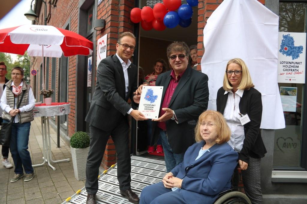 Bürgermeister Breuer eröffnet den Lotsenpunkt gemeinsam mit AWO-Geschäftsführer Bülent Öztaş, AWO-Vorsitzender Gertrud Servos und Gabriele Möller, Ansprechpartnerin im Lotsenpunkt für Holzheim und Grefrath.