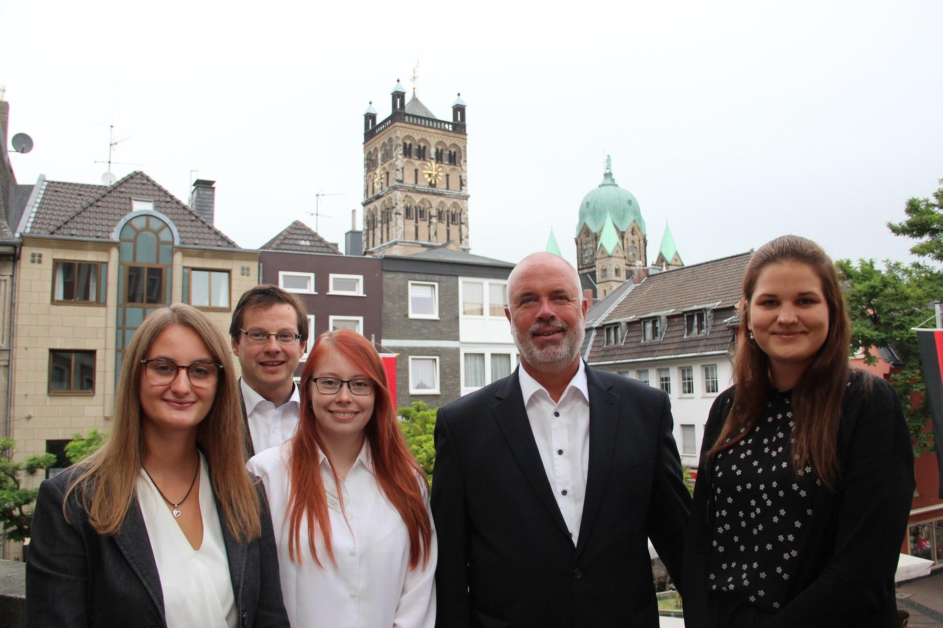 Personaldezernent Holger Lachmann (links) und Sozial- und Jugenddezernent Ralf Hörsken und mit den drei Studentinnen Melissa Kiwitt, Kathrin Mettner und Lisa Diepold.