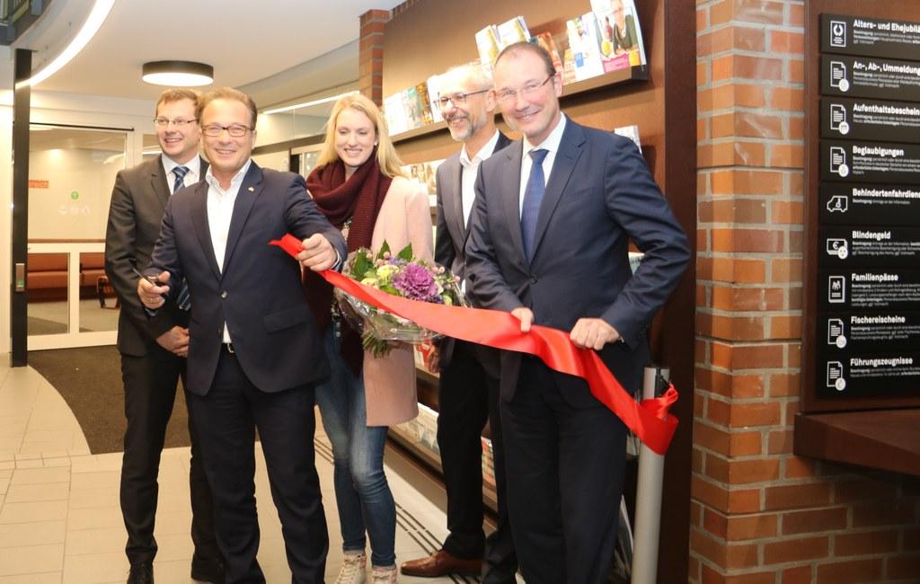 Eröffneten gemeinsam das neue Bürgeramt (v.l.)  Ordnungsdezernent Holger Lachmann, Bürgermeister Reiner Breuer, die erste Kundin Ivonne Tabeling, Bürger- und Ordnungsamtsleiter Uwe Neumann sowie Baudezernent Christoph Hölters.