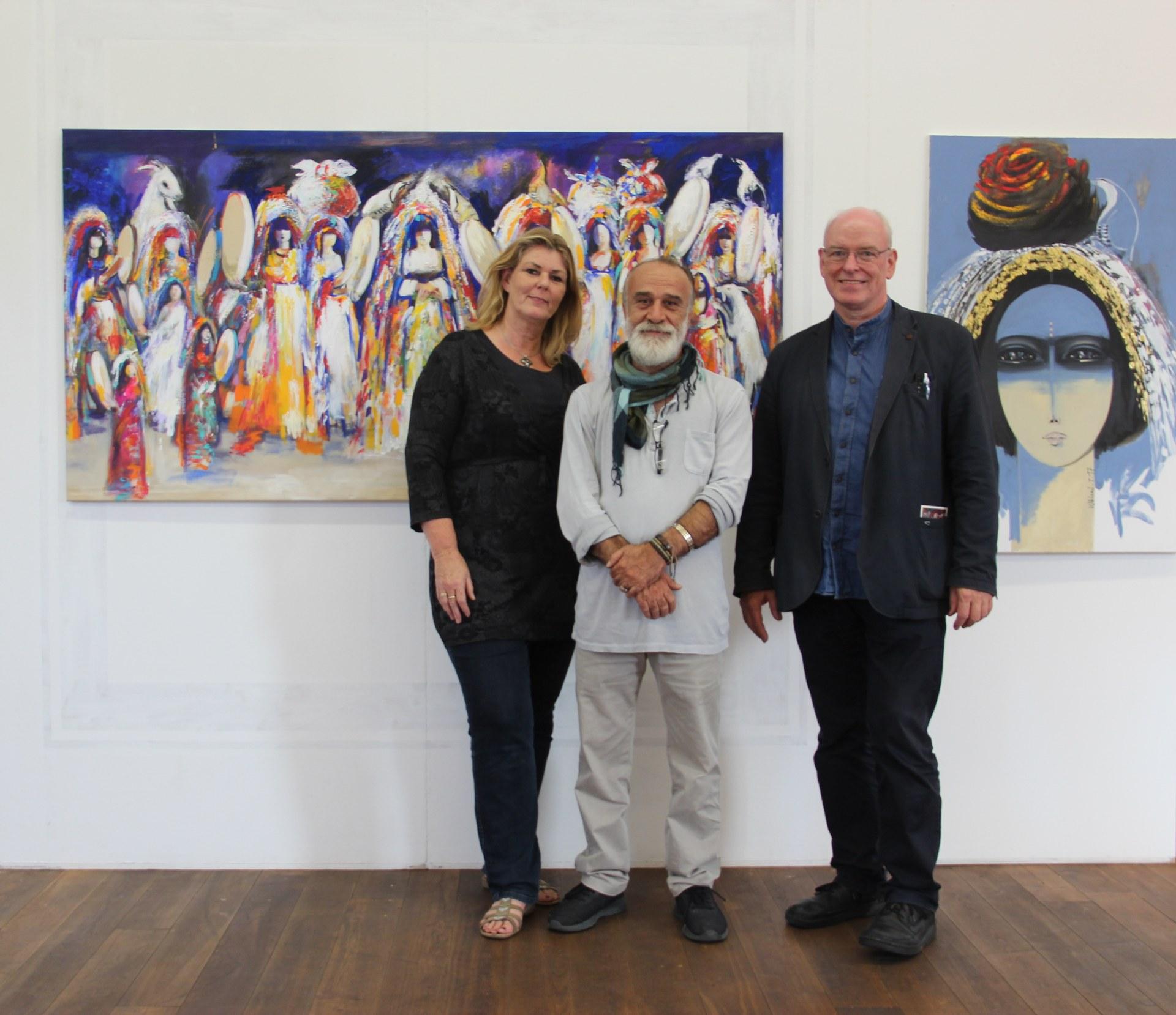 Künstler Waleed Ibrahim zusammen mit Kulturamtsleiter Harald Müller (rechts) und Künstlerin Beate Krempe.