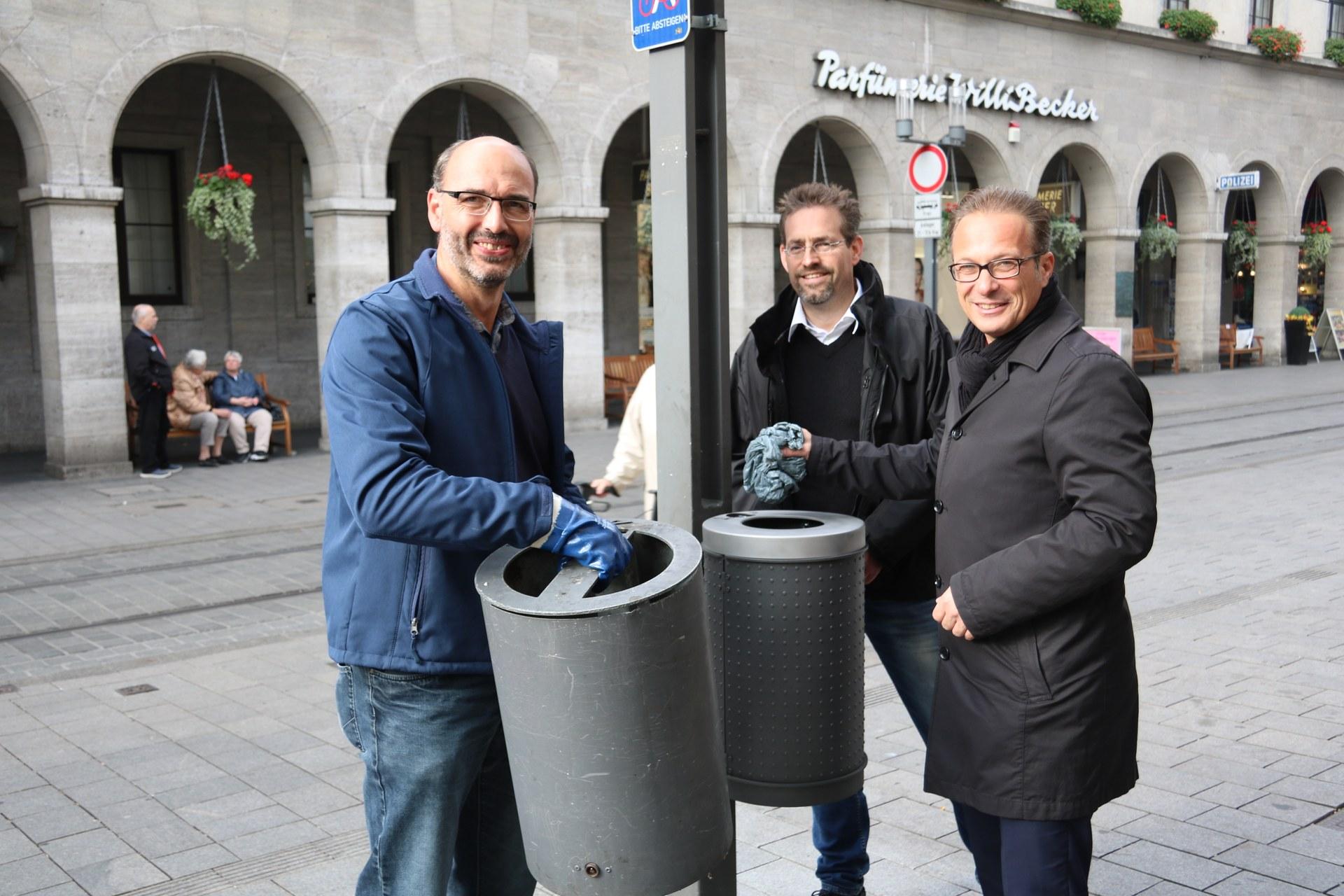 (v.l) Lothar Richers (AWL), Oliver Negele (Betriebsleiter AWL) und Bürgermeister Reiner Breuer haben den ersten Mülleimer ersetzt.
