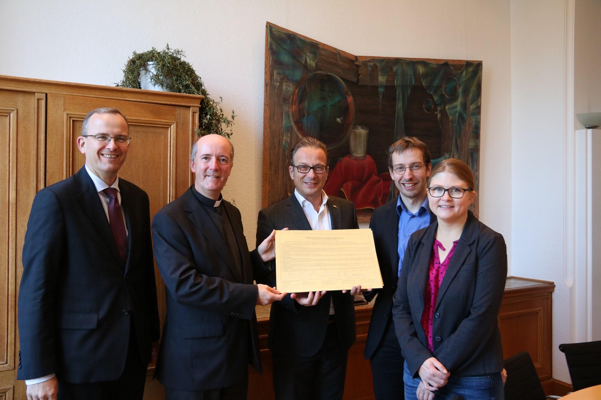 Rund 50 Personen hatten sich im Martin-Luther-Haus ausgetauscht und eine Erklärung erstellt. Von zahlreichen Mitbürgerinnen und Mitbürgern unterzeichnet, ist sie jetzt der Stadt Neuss übergeben worden.