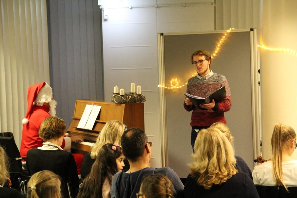 """Gereon Breuer (Tenor) und Ralph  Rotzoll (Klavier) beim """"Gang durch den Advent 2017"""" in der Stadtbibliothek, Foto: Musikschule Neuss."""