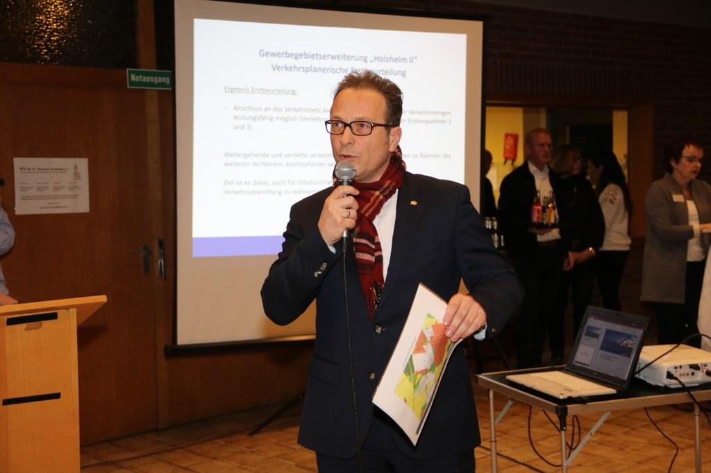 Bürgermeister Reiner Breuer stellt ersten Planungsstand vor.