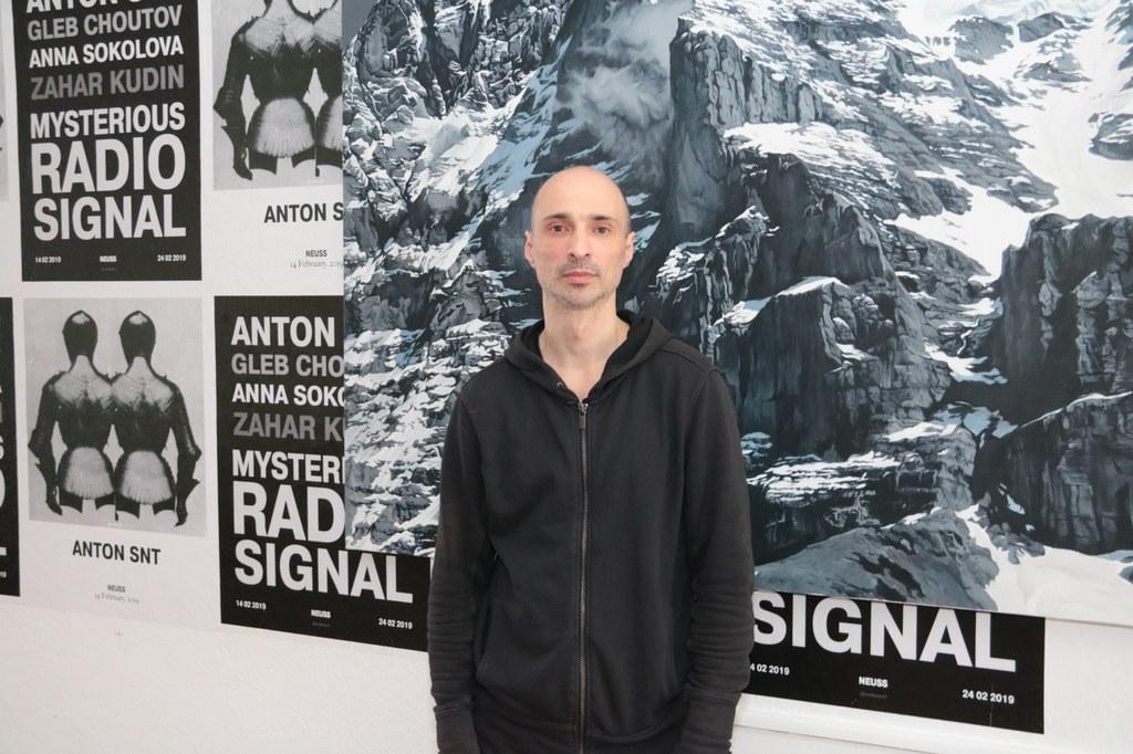 Anton SNT vor einer seiner fotorealistischen Malereien des Matterhorns.