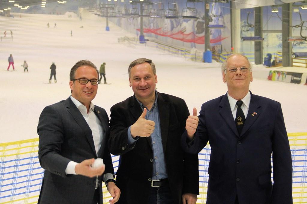 (V.l.) Reiner Breuer, Iwan Zezerski (Stadtpräsident von Pskow), Bernhard Stöcker 2018 in der Neusser Skihalle.