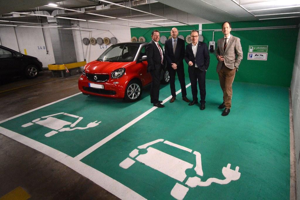 Bürgermeister Reiner Breuer (2.v.r.) und die City-Parkhaus-Geschäftsführer Frank Lubig (r.), Dirk Reimann (l.) und Jürgen Sturm (2.v.l.)