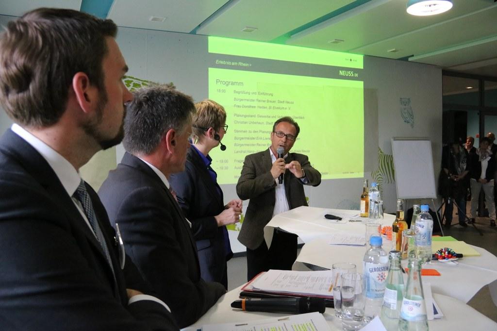 Bürgermeister Reiner Breuer mit (v.l.) Dormagens Bürgermeister Erik Lierenfeld, Landrat Hans-Jürgen Petrauschke, Moderatorin Petra Voßebürger.