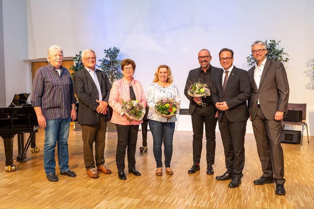 Bürgermeister Reiner Breuer (2.v.r.) mit Integrationsamtsleiter Hermann Murmann (r.) und den Preisträgern des Jahres 2019: Willi Kollenbroich, Josef Faymonville, Ursula Nolten, Ilona Valero Ribes und Bert Römgens (v.l.n.r.).