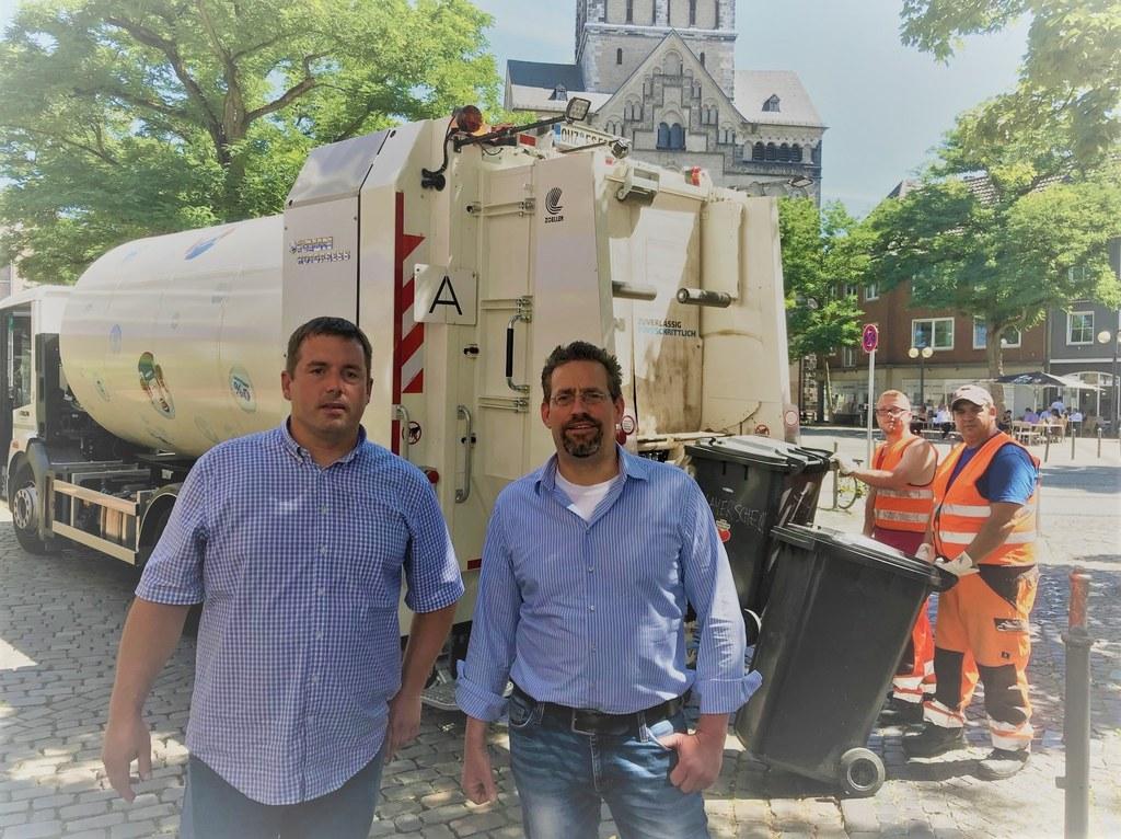 Oliver Negele und Michael Heitland (v.r.n.l.) aus der AWL-Betriebsleitung lassen derzeit mit dem geliehenen, weißen Müllwagen die Energiedaten erheben. © AWL