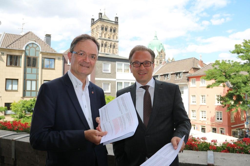 Martin Flecken, Präsident des Neusser Bürger-Schützen-Vereins e.V., präsentierte gemeinsam mit Bürgermeister Reiner Breuer Inhalte des neuen Schützenvertrags.