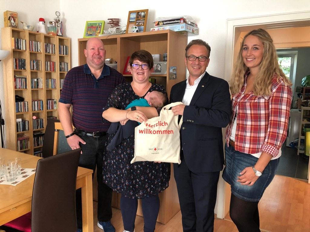 Ralph und Sarah Schmitz freuten sich sehr über den Besuch von Bürgermeister Breuer und Lisa Kohlhepp vom Jugendamt.