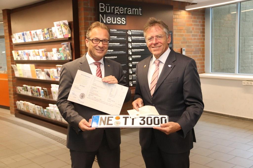 Anschriftenänderungen in Fahrzeugpapieren sind jetzt auch im Neusser Bürgeramt möglich: Bürgermeister Reiner Breuer und Landrat Hans-Jürgen Petrauschke.