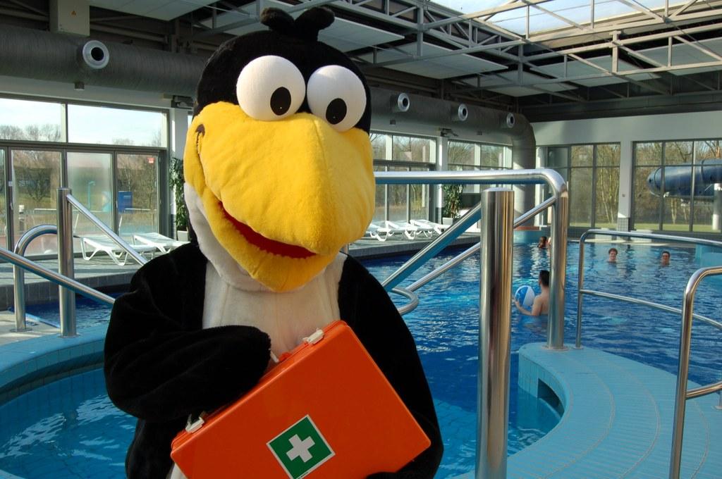 """Das Stadtwerke-Maskottchen Fridolin erwartet interessierte Ferienkinder zum Wasserrettungsprogramm """"Rettet Fridolin"""" im Neusser Südbad."""